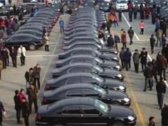 万元停车费难抵热情 京车拍卖数千人围攻