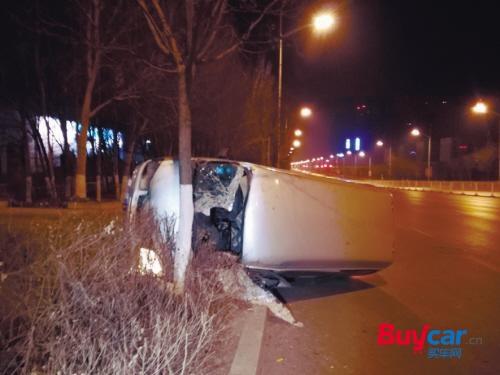 轿车转弯撞树上 路人合力救司机