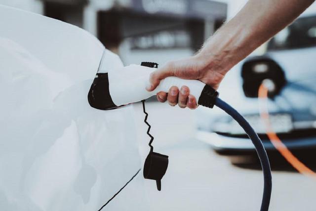 功夫AUTO   新能源补贴延迟2年!车企会降价吗?你会买纯电动车吗?