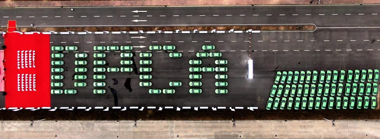神龙汽车首批800辆ES500新能源出租车交付成都